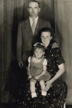 Z moimi kochanymi rodzicami w dzieciństwie