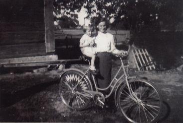 Z Mamą na rowerach w dzieciństwie
